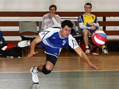"""Domácí Tomáš Melich se snaží vybrat míč parádní """"rybičkou""""."""