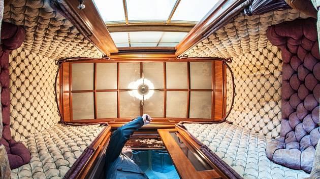 Šachta, v níž výtah jezdí, je z roku 1718, starší výtah mají jen v pařížském Louvru. Zázemí výtahu není součástí běžných prohlídkových tras.