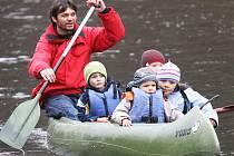 Lukáš Pollert na vodě se svými dětmi v roce 2012.