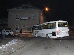 Na Svárově v České Lípě se kolem půl šesté ráno srazil autobus s osobním vozem. Zranění utrpěla třiapadesátiletá žena, která cestovala v autobusu.