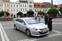 Nejsou čáry jako čáry. O tom se v neděli přesvědčil řidič z Německa, který zaparkoval uprostřed náměstí.