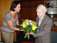 Místostarostka Alena Šafránková předala panu Střelbovi květinu, přání a velký dárkový koš.