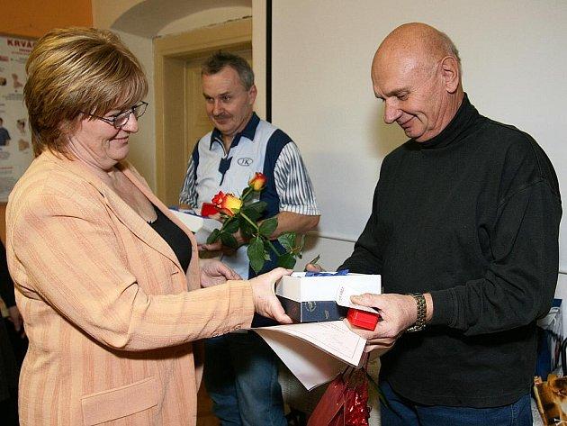 Medaile a zlaté kříže převzali v pondělí odpoledne dobrovolní dárci krve z Českolipska.
