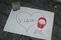 Během nedělního odpoledne lidé zapálili svíčky za zesnulého Václava Havla u morového sloupu na náměstí v České Lípě. Ve 20 hodin se tu koná malé shromáždění.