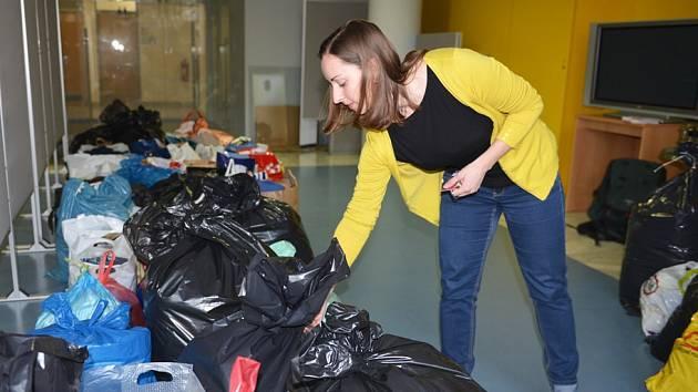 Bezmála dvě stě velkých igelitových pytlů a krabic s obnošeným oblečením nasbírali mezi sebou v pátek 28. dubna v charitativní sbírce Dejte věcem druhou šanci úředníci Krajského úřadu Libereckého kraje.