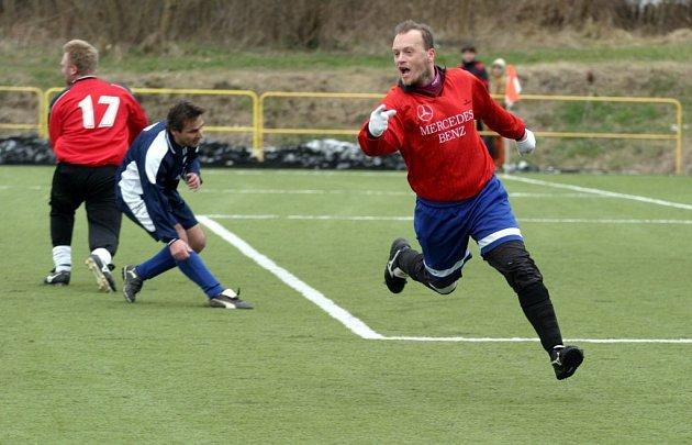 Jiří Kukal dal v utkání 14, kola II. třídy okresního přeboru proti Žandovu dva góly. Dolní Libchava vyhrála 3:0.