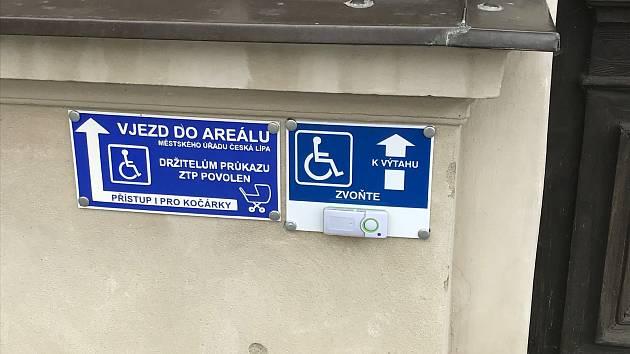 V České Lípě usnadnili vozíčkářům zvládat několik bariér. Další zůstávají.