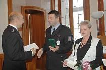 Služební i čestné medaile policejního prezidenta Martina Červíčka se včera slavnostně předávaly na českolipské radnici.