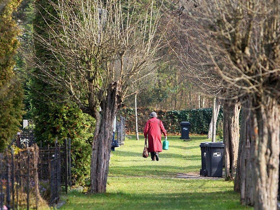Památka zesnulých vychází každoročně na 2. listopad. V tento den většina lidí projevuje úctu k zemřelým, vzpomíná a nosí jim na hroby květiny. Spousta lidí využila k návštěvě hřbitovů uplynulé víkendové dny. Nejinak tomu bylo i v České Lípě.