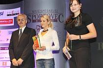 Druhé místo získala loňská vítězka Zuzana Šostková, střelkyně SSK Manušice (vpravo). Bronzová skončila Ivana Loubková (TT Cyklorenova Cvikov, duatlon, triatlon). Ceny předával Ing. Josef Pech z České spořitelny.