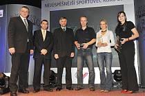 Druhé místo loni brala manušická sportovní střelkyně Zuzana Šostková (zprava), na třetí příčce se umístila triatlonistka Ivana Loubková ze Cvikova. Cenu za vítězku Petru Chocovou převzal otec Tomáš.