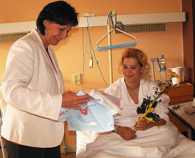 V České Lípě předávala dárky Zuzana Dvořáková, ředitelka odboru služeb klientům liberecké VZP, sedmi maminkám, kterým se narodilo devět dětí.