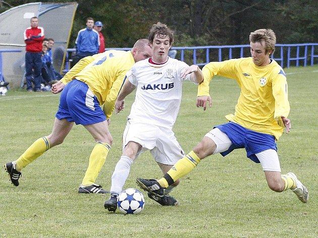 Sedm gólů dostal domácí Cvikov od rezervy českolipského Arsenalu. Buriana se snaží zastavit Knolle s Červenkou.