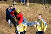 Několik šancí v utkání s teplickými dorostenci si vypracovala černá perla Ali Osumanu, ale před brankou soupeře se střelecky neprosadila. Na snímku je zachycen českolipský útočník ve vzdušném souboji s hostujícím  gólmanem Špicarem.