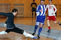 Českolipský tým F.A. Zole před týdnem zdolal Prašivky Liberec 5:4. Jednu z šancí měl i Šidlo (modro–bílý dres), ale na hostujícího brankáře nevyzrál.