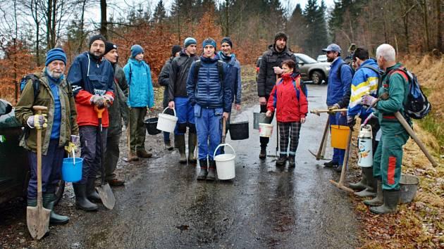 Sportovní klub OK Jiskra Nový Bor nabídl Lesům České republiky pomoc v rámci Dnů obnovy lesa.
