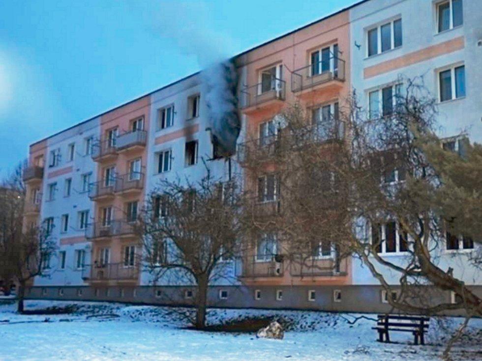 Hasiči zasahovali při požáru bytu v panelovém domě v České Lípě