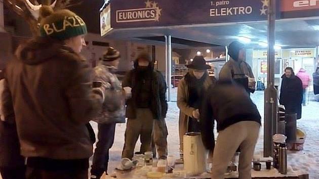 Asi dvacet lidí bez domova se v neděli sešlo před Obchodním domem Andy v České Lípě, aby se najedli teplého jídla. Pohoštění jim připravili jako každou druhou neděli dobrovolníci z Food not Bombs.