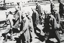 Ruští zajatci na kolejích českolipského nádraží.