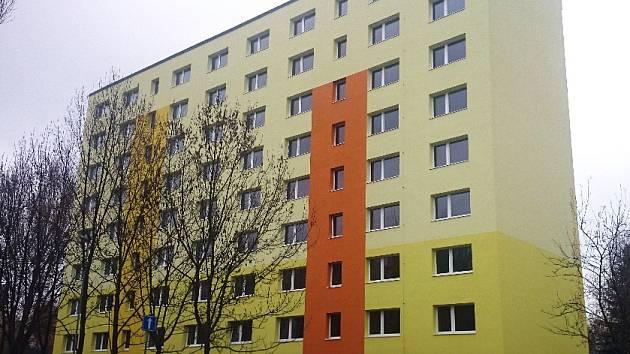 Panelový dům v Zoubkově ulici na sídlišti Sever v České Lípě. Společnost CPI Byty ho za dvacet milionů korun rekonstruovala včetně změny dispozic bytů. Z 32 bytů jich je nyní 48.