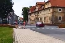 Neznámý řidič ohrožoval chodce i ostatní účastníky silničního provozu na kruhovém objezdu u českolipské nemocnice.