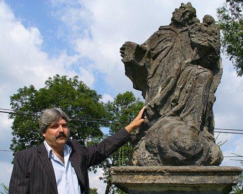 Zastupitel Oldřich Matějka se sochou sv. Jana Nepomuckého