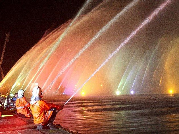 Stovka vodních proudů, vodotrysky, lasery, barevná světla a hudba. Třicet sborů dobrovolných hasičů se v N. Boru vytáhlo s největší vodní fontánou v celé Evropě.