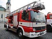 Profesionální hasiči předali jednotce SDH z Nového Boru dva zásahové automobily.