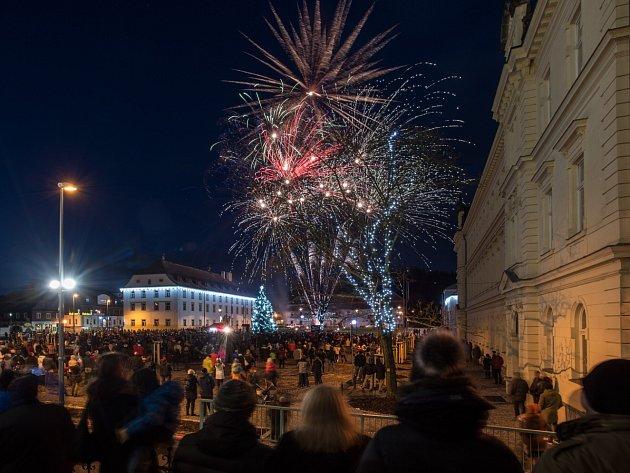 U příležitosti letošního Novoročního ohňostroje v Novém Boru město symbolicky předalo lidem opravené náměstí.