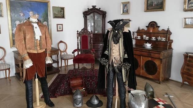 Dětská trasa zákupského zámku nabízí výstavu kostýmů a rekvizit z vánočních pohádek České televize.