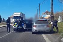 Na Práchni se dostal šofér BMW do úzkých z důvodu vzniklé kolony aut, která se snažila vytvořit průjezd pro houkající policejní vozidlo. Z vozu šofér vystoupil až poté, co na něj policisté namířili zbraň.