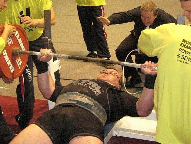 K benchpressu ve váhové kategorii nad 140 kg Open nastoupil šéf oddílu z Nového Boru Karel Koldovský, aby s výkonem 282,5 kg bezpečně zvítězil a získal první zlatou medaili do klubové sbírky.