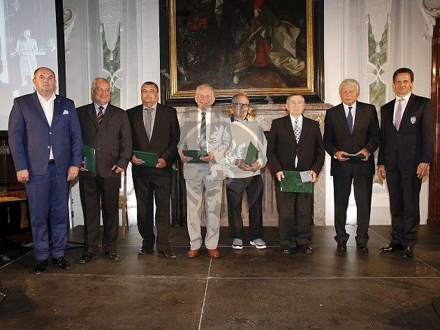 Předseda OFS Karel Fischer (druhý zleva) převzal prestižní Cenu JUDr. Václava Jíry