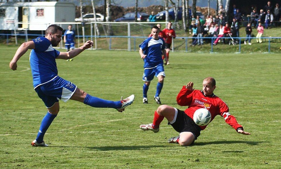 Skalice - Mimoň 6:1. Hostující Mikloda (v červeném) se snaží zablokovat střelu Milnera.