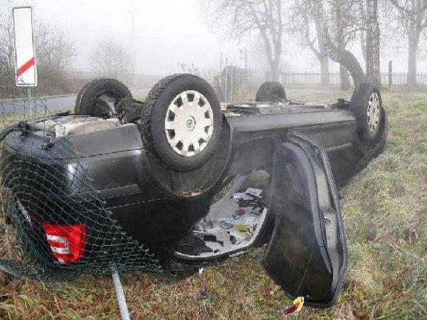 Automobil, zněhož policisté zachránili tři mladíky.