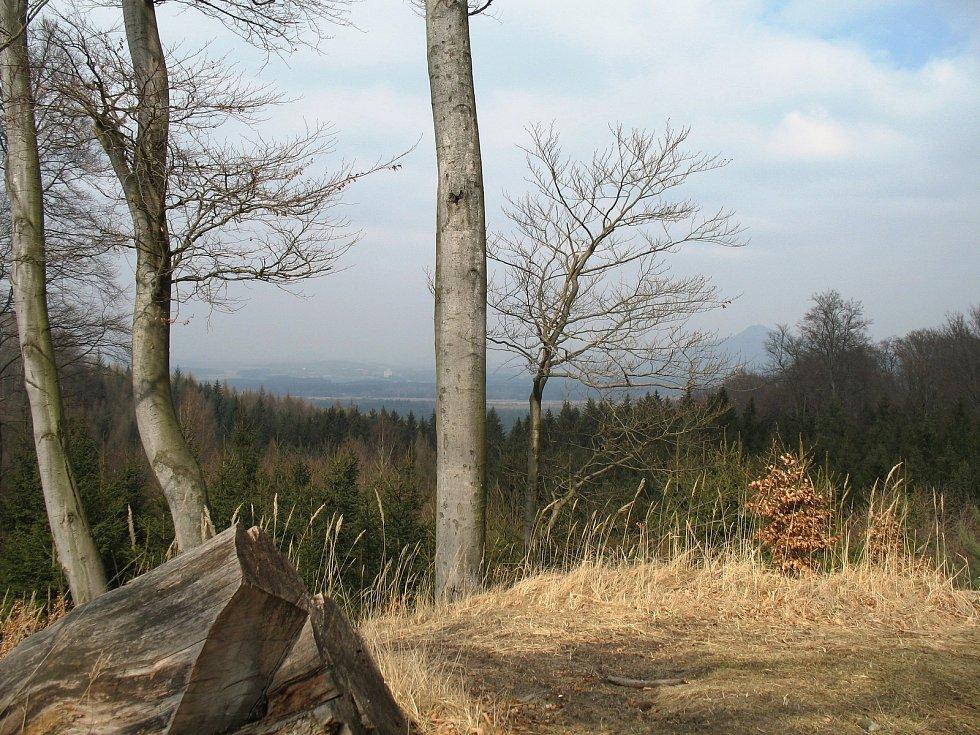 Pohled na Mimoň a Ralsko z vrcholu Velké Bukové.