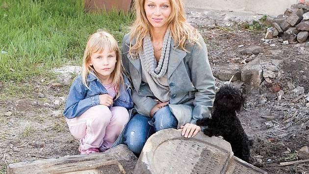 Monika Černá s dcerou u nalezených židovských náhrobků