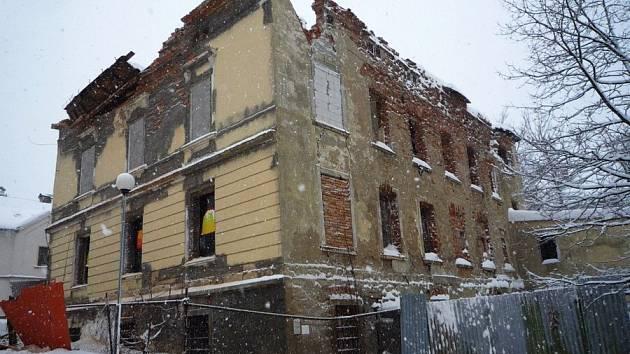V sobotu v 10:13 hodin byl hasičům ohlášen pád střechy neobydleného domu v Novém Boru.