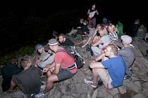 Noční výstup na Klíč si každoročně nenechávají ujít desítky výletníků.