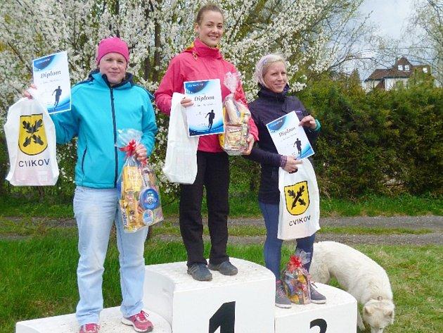 Vítězky hlavního závodu žen ve Cvikově (zleva): 2. Slaměná, 1. Václavíková, 3. Týnková.