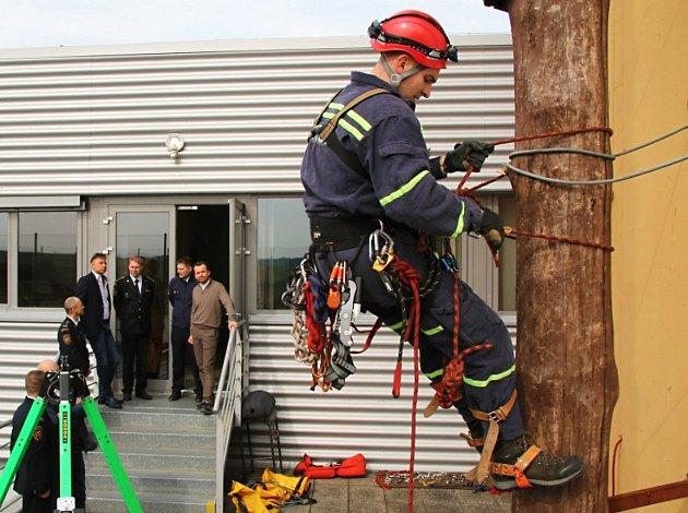Minulý týden došlo na hasičské stanici v České Lípě k předání 10 kusů obleků (bunda + kalhoty), které jsou určené hasičským lezcům pro zásahy v nepříznivých klimatických podmínkách.