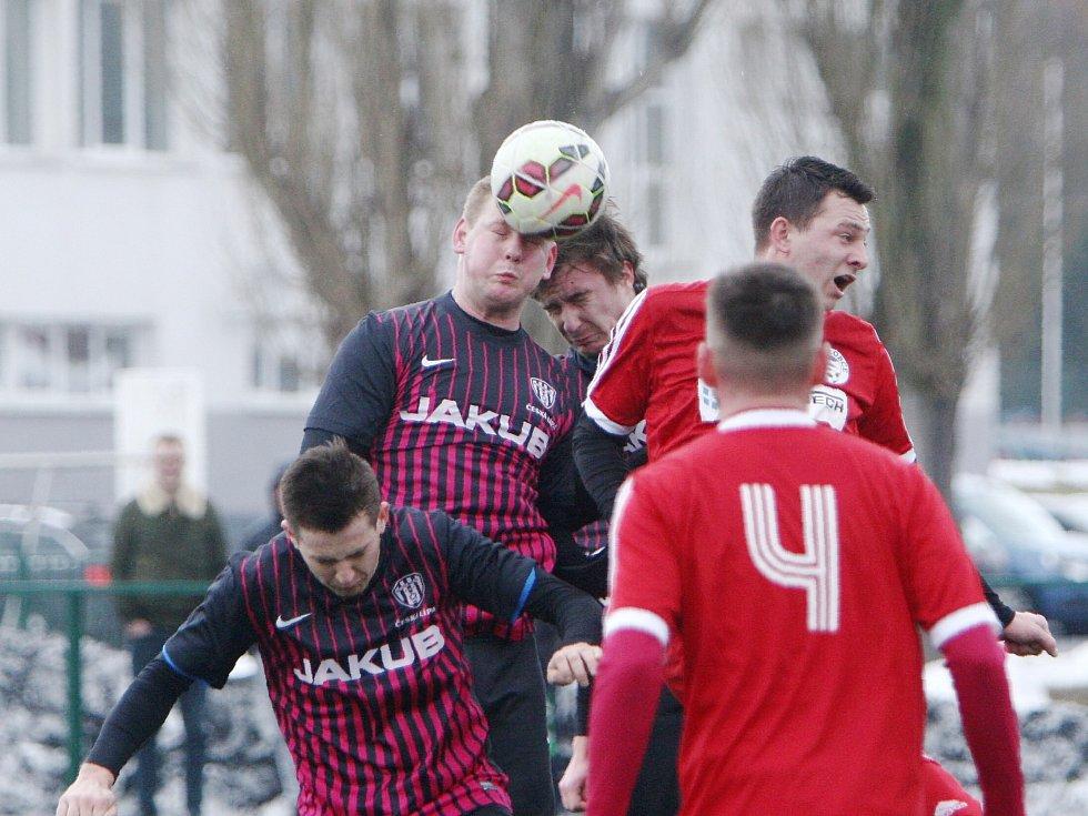 Fotbalisté českolipského Arsenalu (rudé dresy) podlehli v přípravném utkání týmu SK Hrobce.
