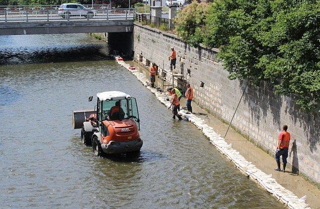Ani po kolena vody nemají opraváři koryta českolipského toku Ploučnice. Řady pískovcových kvádrů na 180metrů dlouhém obezděném úseku řeky odplavila voda.