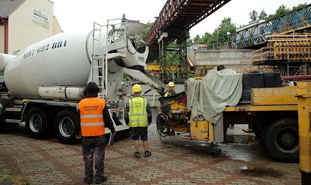 Přes častý nepříjmený betonují pracovníci SaM Česká Lípa pilíře nového mostu.