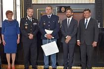 Dozorce Jan Skála z věznice Stráž pod Ralskem (uprostřed) získal ocenění od ministra spravedlnosti za záchranu života.