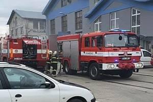 Pět jednotek hasičů zasahuje ve firmě Valdhans.