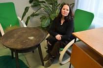 Truhlářská dílna Provoz 13 v Novém Boru renovuje darovaný nábytek tak, aby byl znovu použitelný.  Vedoucí a designérkou je Jana Ruská.