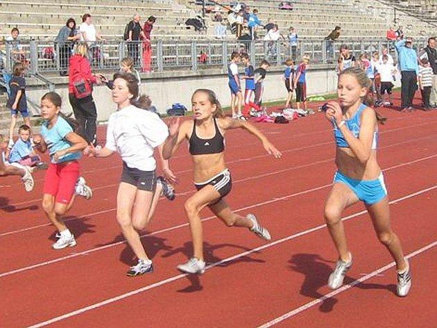 Na snímku z běhu na 50 m  je vpravo českolipská Ivana Reicheltová  a druhá zleva Monika Ješetová.
