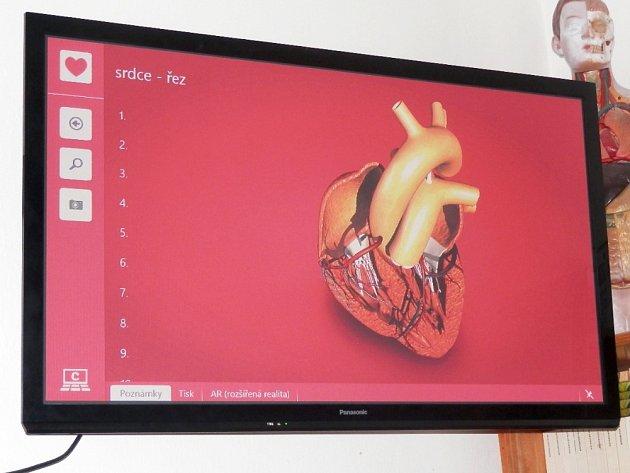 Výukovou pomůcku nové generace interaktivní učebnu Corinth Clasroom vyšší verze obdržela Základní škola Jestřebí.