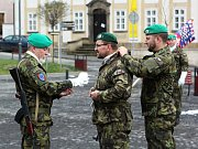 Na slavnostní chvíli se vojenští záložníci musejí vzorně ustrojit.